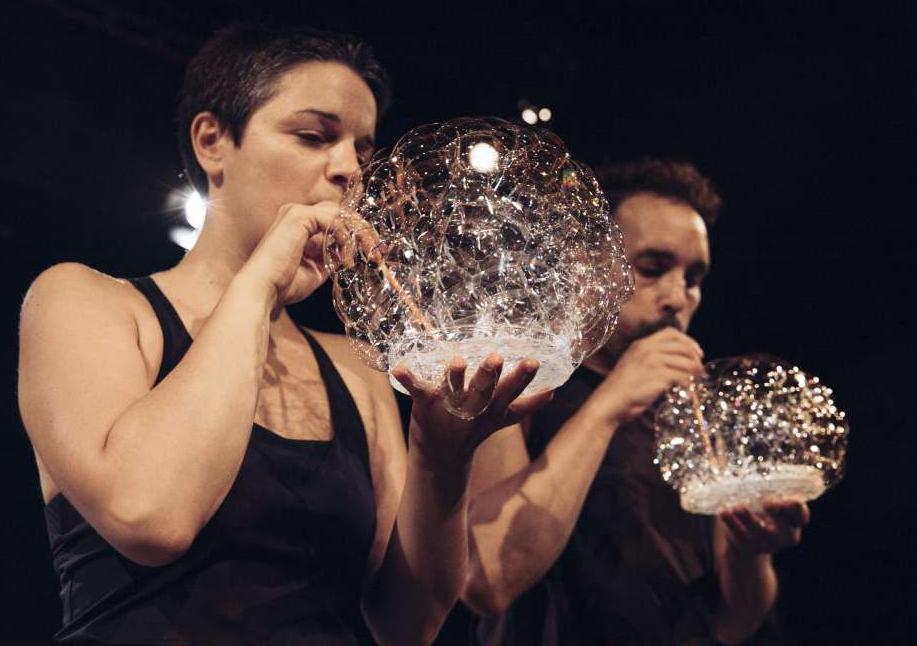 Die Performer*innen machen Seifenblasen