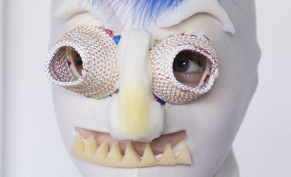 Gesicht mit selbstgebastelter Stoffmaske