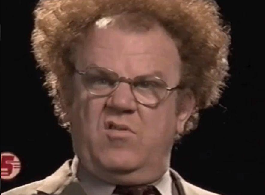 Aufnahme des Gesicht eines älteren Herren mit Brille und Lockenfrisur, der verstört guckt.