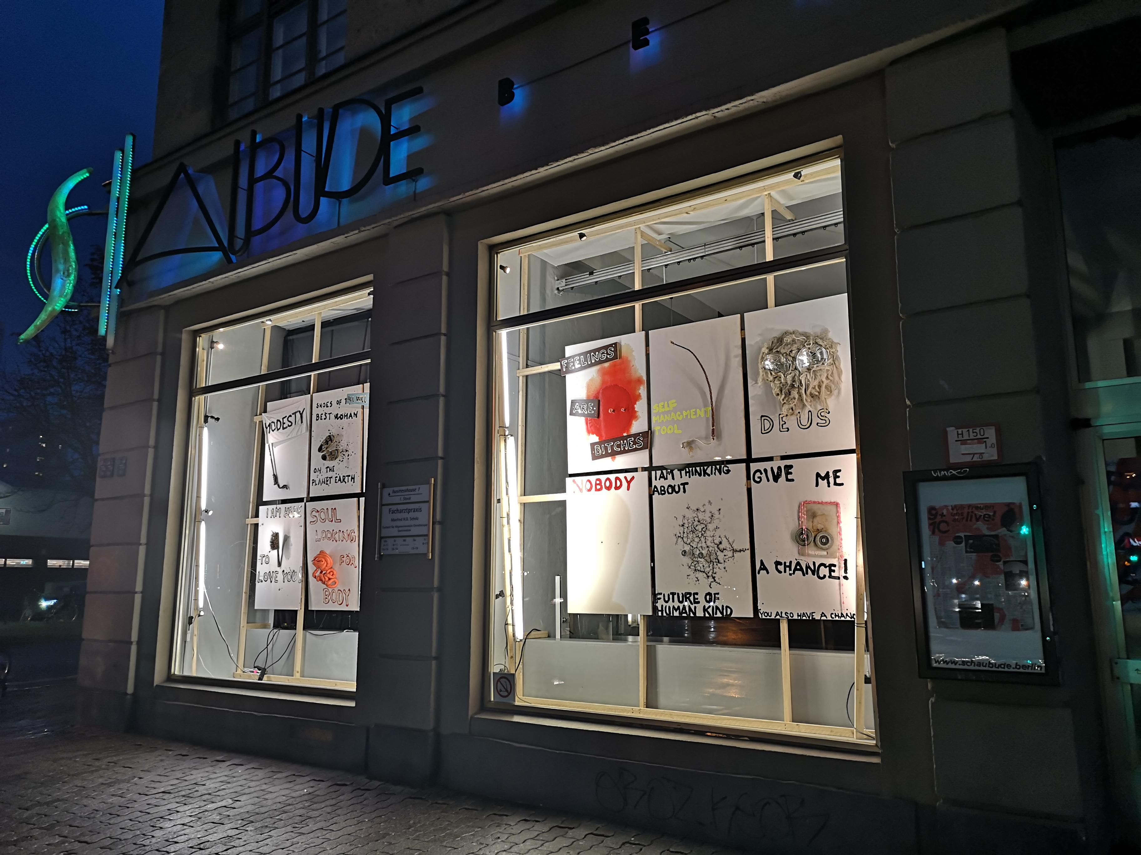 Fassade der Schaubude Berlin mit neuer Fensterausstellung